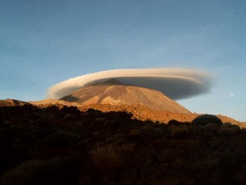20110929102631-teide-y-nube-lenticular.jpg